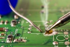 De elektronika verwerkende diensten, het solderen van elektronische raad stock foto's