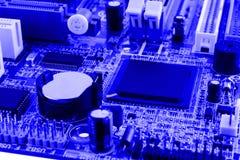 De elektronikacomponenten op moderne PC-computermotherboard met RAM-schakelaar lassen en cpu-Contactdoos in Stock Afbeeldingen
