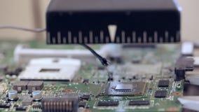 De elektronikareparatie verwarmt de kring voor verwijdert omhoog gebroken microchip stock videobeelden