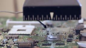 De elektronikareparatie verwarmt de kring voor verwijdert omhoog gebroken microchip stock video