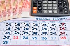 De elektronische calculator en de bankbiljetten van vijf duizend roebels zijn Royalty-vrije Stock Afbeelding