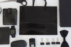 De elektronische gadgets en de zwarte hued bureautoebehoren op witte achtergrond royalty-vrije stock fotografie