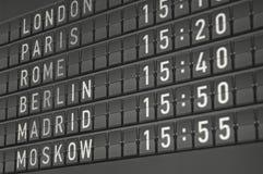 De elektronische informatieraad van de luchthaven Stock Afbeeldingen