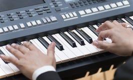 De Elektronische Piano van handenpalying stock fotografie