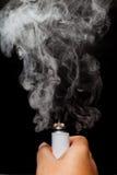 De elektronische Sigaret of vaper activeert en geeft een wolk vrij Royalty-vrije Stock Foto's