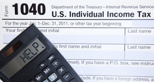 De elektronische vorm van de Belasting met calculator Stock Afbeeldingen