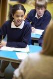 De Elementaire Scholieren van leraarsteaching lesson to Royalty-vrije Stock Foto's
