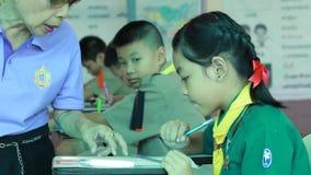 De elementaire studenten zijn Testles stock video