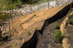 De elementen van de erosiecontrole op de helling worden toegepast die projec modelleren die royalty-vrije stock fotografie