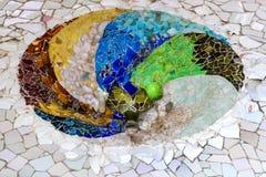 De elementen van het mozaïek van Gaudi ` s van mozaïekfragmenten werken in Park Guell in de winter in de stad van Barcelona Royalty-vrije Stock Foto's