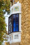 De elementen van het mozaïek van Gaudi ` s van mozaïekfragmenten werken in Park Guell in de winter in de stad van Barcelona Stock Fotografie