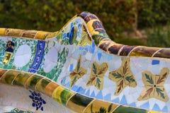 De elementen van het mozaïek van Gaudi ` s van mozaïekfragmenten werken in Park Guell in de winter in de stad van Barcelona Stock Afbeeldingen