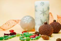 De elementen van Kerstmis: klatergoud, babules en kaars Stock Foto's