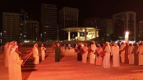 De Emiratimensen voeren de Yowla Verenigde Arabische traditionele dans van Emiraten in Al Hosn uit stock footage