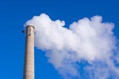De Emissies van de schoorsteen en van het Gas tegen Blauwe Hemel Stock Afbeeldingen