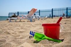 De emmer en de schoppen van het strand stock foto's