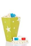 De emmer van de popcorn, twee kaartjes en 3D glazen Royalty-vrije Stock Afbeelding