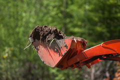 De Emmer van de Tractor van het nut die met Vuil wordt gevuld Stock Afbeeldingen