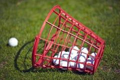 De emmer van golfballen bij het drijven van waaier Stock Afbeeldingen
