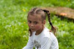 De emoties van een mooi expressief vijf-jaar-oud meisje Stock Fotografie