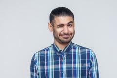 De emotionele hipstermens knipoogt en glimlachend naar camera Goede mensen em royalty-vrije stock foto's