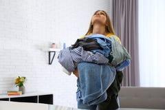 De emotionele hoop van de vrouwenholding van kleren dichtbij strijkplank royalty-vrije stock foto's