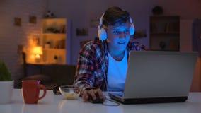 De emotionele tiener reageert onvoldoende aan videospelletje, onhandige leeftijd, verslaving stock footage