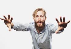 De emotionele zakenman trekt zijn handen apart, uitdrukkend verrassing en teleurstelling Bedrijfs concept royalty-vrije stock foto