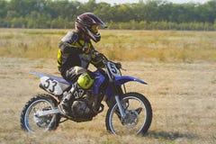 De Enduroraceauto berijdt een motocrossfiets royalty-vrije stock fotografie