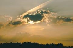 de energie van de ecomacht van het conceptenidee windturbine op heuvel met zonsondergang stock afbeeldingen