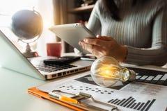 de energie van de ideebesparing en het concept van boekhoudingsfinanciën royalty-vrije stock foto