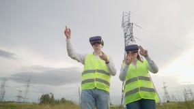 De energieingenieurs gebruiken virtuele werkelijkheidsglazen om het zonnepaneelsysteem te controleren en energie te leveren aan c stock video