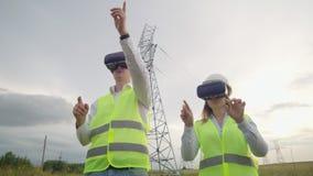 De energieingenieurs gebruiken virtuele werkelijkheidsglazen om het zonnepaneelsysteem te controleren en energie te leveren aan c stock footage