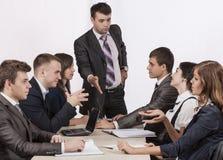 De energieke collectieve manager instrueert zijn team royalty-vrije stock foto