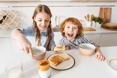De energieke kinderen die van Nice van hun ochtendmaaltijd genieten Royalty-vrije Stock Foto's