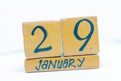29 de enero Día 29 del mes, calendario en fondo de madera Invierno, concepto del año fotografía de archivo