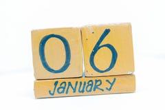 6 de enero Día 6 del mes, calendario en fondo de madera Invierno, concepto del año fotografía de archivo