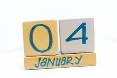 4 de enero Día 4 del mes, calendario en fondo de madera Invierno, concepto del año foto de archivo