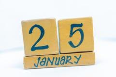 25 de enero Día 25 del mes, calendario en fondo de madera Invierno, concepto del año foto de archivo libre de regalías