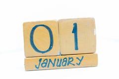 1 de enero día 1 del mes, calendario en fondo de madera Invierno, concepto del Año Nuevo imágenes de archivo libres de regalías