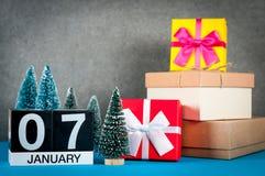 7 de enero Día de la imagen 7 de mes de enero, calendario en la Navidad y fondo del Año Nuevo con los regalos y la poca Navidad Foto de archivo libre de regalías