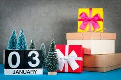 3 de enero Día de la imagen 3 de mes de enero, calendario en la Navidad y fondo del Año Nuevo con los regalos y la poca Navidad Imagen de archivo