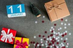 11 de enero Día de la imagen 11 de mes de enero, calendario en la Navidad y fondo de la Feliz Año Nuevo con los regalos Imágenes de archivo libres de regalías