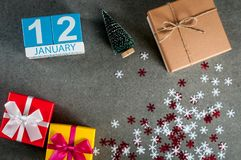 12 de enero Día de la imagen 12 de mes de enero, calendario en la Navidad y fondo de la Feliz Año Nuevo con los regalos Imágenes de archivo libres de regalías