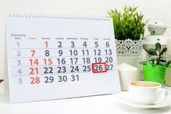 26 de enero Día 26 de mes en el calendario blanco, cerca de una taza de c Fotos de archivo