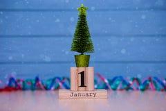 1 de enero día 1 de sistema de enero en calendario de madera en fondo de madera azul del tablón Foto de archivo
