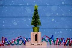1 de enero día 1 de sistema de enero en calendario de madera en fondo de madera azul del tablón Imágenes de archivo libres de regalías