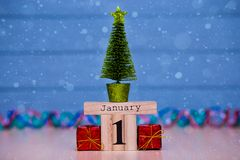 1 de enero día 1 de sistema de enero en calendario de madera en fondo de madera azul del tablón Fotos de archivo libres de regalías