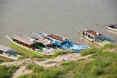 24 de enero de 2009 - BAGAN, MYANMAR - barcos turísticos y transbordadores lin Imagen de archivo libre de regalías