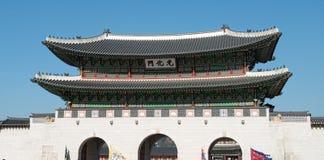 11 de enero de 2016 en Seul, la puerta de Gwanghwamun de la Corea del Sur y la pared de los palacios Foto de archivo